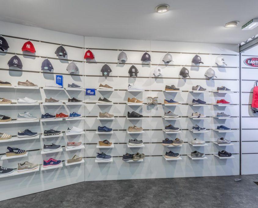Les chaussures et casquettes sportswear